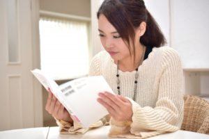 読書をする女性の写真